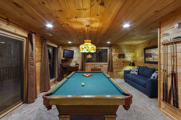 Acorn Bend Log Cabin is a large couples getaway cabin with game room